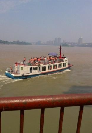 Leshan River, Friend and Foe: 湖