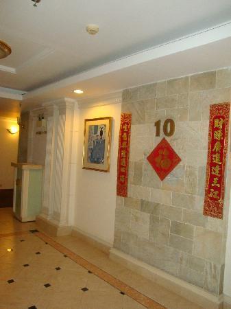 Clifford Hotel and Resort Center : 楼梯间的红对联