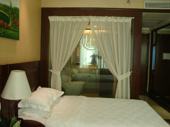 Dong Shan Hotel : 宫廷式的帘子