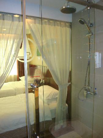Dong Shan Hotel : 浴室有防水布帘隔开卧室,创造小情调