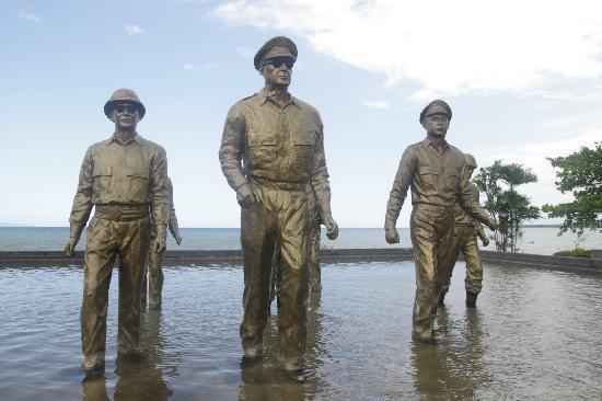 Red Beach : 纪念雕像