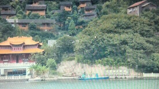 Jiulong Lake of Quzhou : 九龙湖中的一个度假村