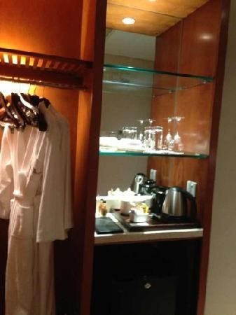 Howard Johnson All Suites Hotel Suzhou: 水吧与衣柜