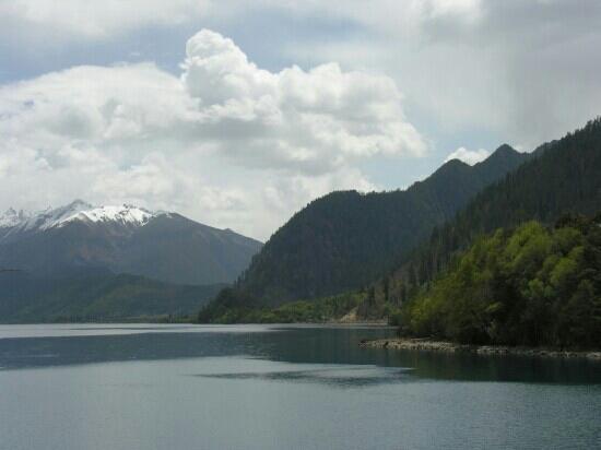 Basongcuo Lake Tourist Area: 静谧的高原湖泊巴松措