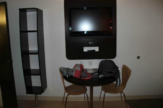 Motel 6 Jackson: 壁挂电视