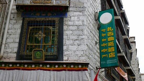TASHI CHOETA BOUTIQUE HOTEL : 绿色的招牌十分醒目,在老城区里