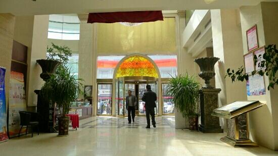 Saikang Hotel: 明亮的大堂,市场对面