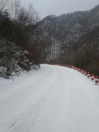 Zhangjiachuan County, Chine : 五龙山雪景(车内手机所摄)