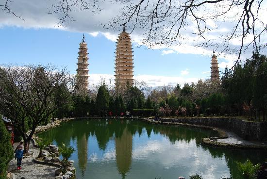 Chongsheng Three Pagodas: 三塔倒影公园里能清晰的看到清清的水和美丽的倒影