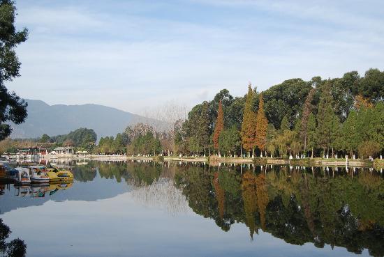 Dian Lake (Dian Chi): 滇池公园的风景,水清景美
