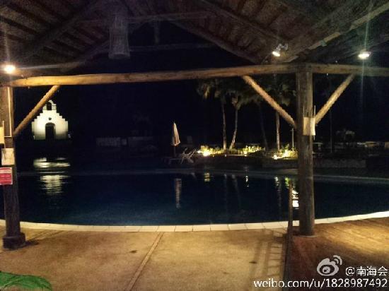 Mariana Resort & Spa: 马瑞娜的夜景,远处是白教堂