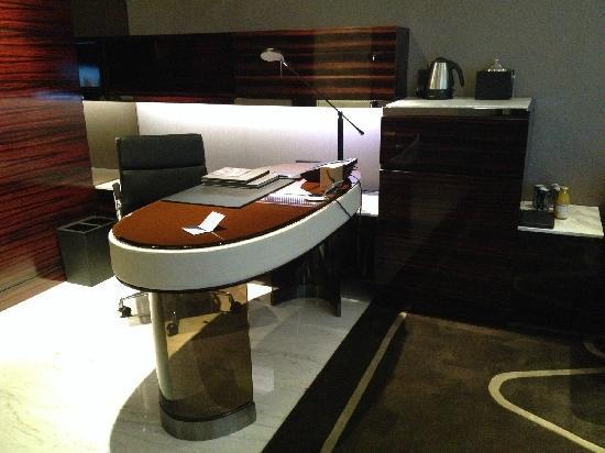 Hilton Shanghai Hongqiao: 工作区域及吧台