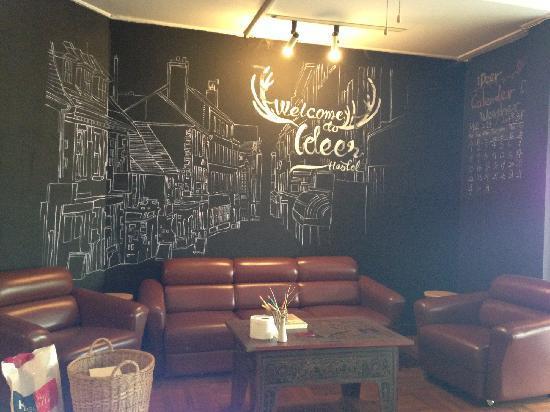 iDeer Hostel Bangkok: 大厅的手绘墙和沙发相当有感觉!