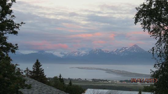 Halcyon Heights B&B / Inn : 阳台远望   海湾、雪山、冰川、Homer Spit