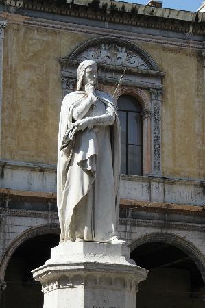 Piazza dei Signori: 广场上的但丁雕像