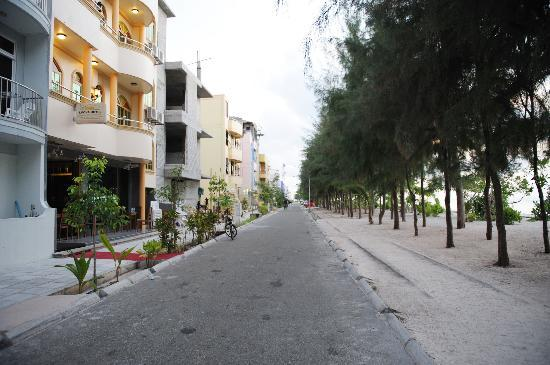 Fuana Inn: 街景,到酒店的时候太晚了,懒得拍房间。