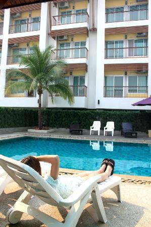 Sakorn Residence & Hotel: 泳池,外观
