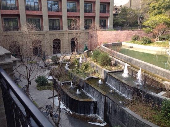 InterContinental Shanghai Ruijin : 露台前的喷泉