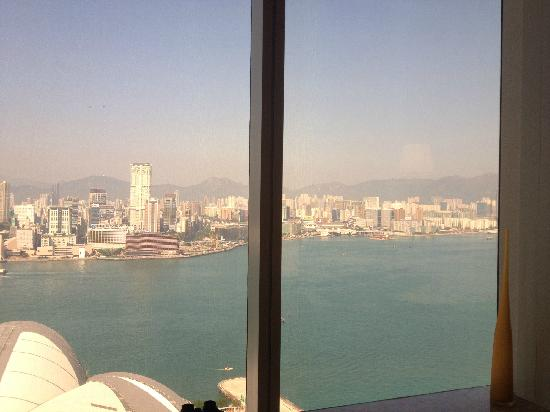 Renaissance Hong Kong Harbour View Hotel : 在房间里远眺九龙