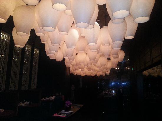 Mandarin Oriental Pudong, Shanghai: 酒店走廊里的灯饰太漂亮了
