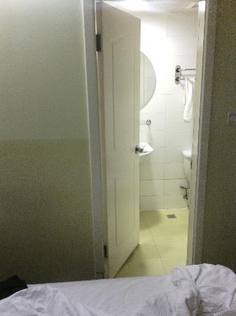 Home Inn (Beijing Mudanyuan): 床旁边就是卫生间!