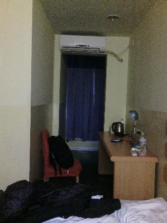 Home Inn (Beijing Mudanyuan): 从卫生间看向另一头,狭长的房间
