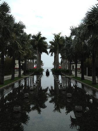 Narada Resort & Spa  Perfume Bay: 中庭眺望无边际泳池和南中国海