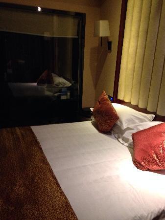 Handu Hotel: 大床房,透明的洗手间