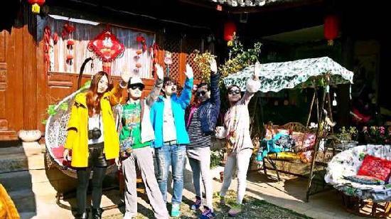 Daidai Sanwei Yard: 丽江之行艳遇的三位小伙伴,我们一起聚集在呆呆三味别院里的合影…