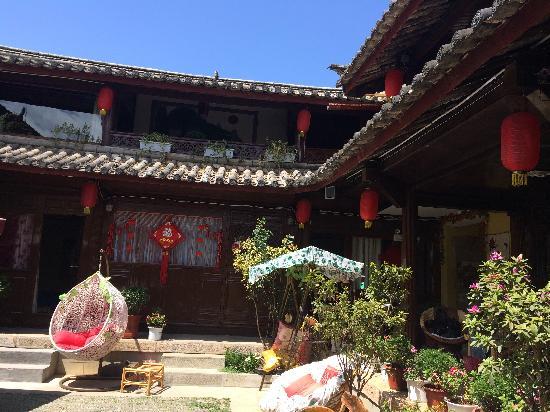 Daidai Sanwei Yard: 庭院,静静晒太阳是丽江行中最难忘的。
