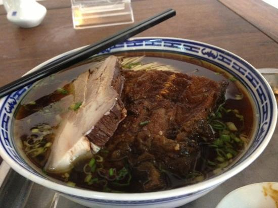 TongDe Xing : 红汤闷肉爆鱼面