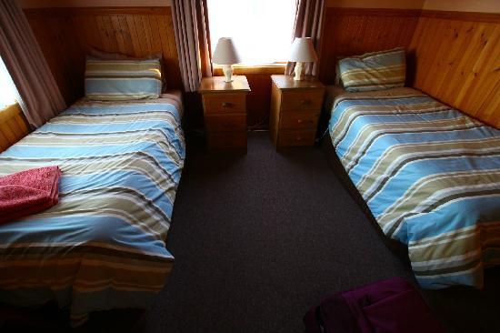 Twelve Apostles Motel & Country Retreat: two beds room