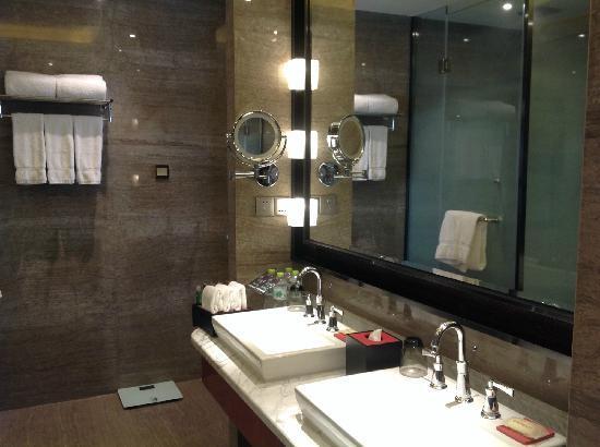 Sheraton Langfang Chaobai River Hotel: 浴室