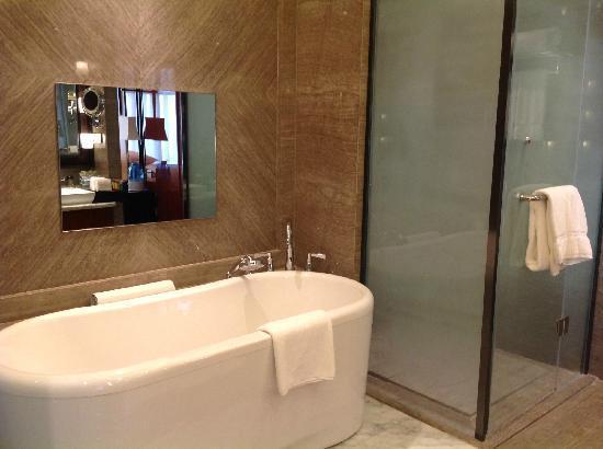 Sheraton Langfang Chaobai River Hotel: 带有电视的浴缸