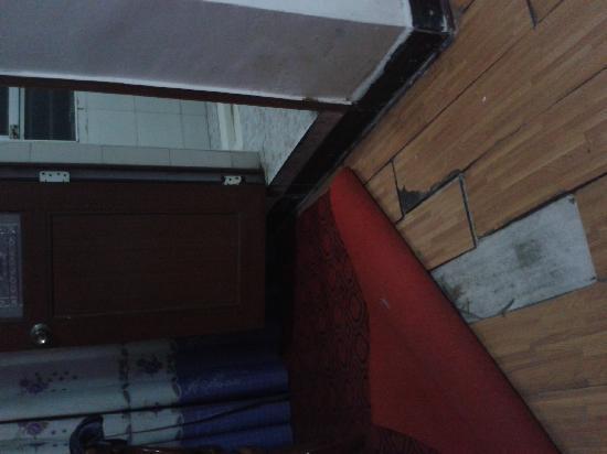 Wuxue, China: 烂地板,小旧电视,空调和电脑音响坏掉,房门安全锁和卫生间锁全坏掉,还敢再次一点吗?