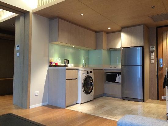 Arcadia Suites Bangkok by Compass Hospitality: 客厅设施齐全