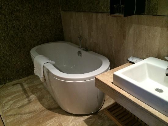 Arcadia Suites Bangkok by Compass Hospitality: 浴室所有配套齐全
