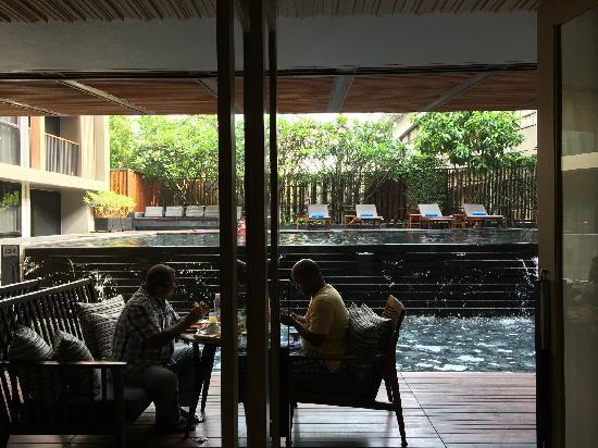 Arcadia Suites Bangkok : 餐厅靠着泳池