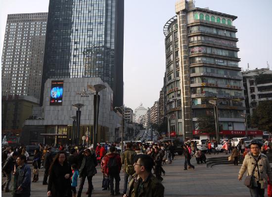 Jiefangbei Square: 规模庞大的商业区