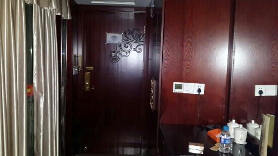 Yancheng Hotel : 锁门很重要,任何人可无障碍出现在你门口,安保真真空