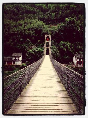 Bing'an Ancient Town : 大桥 还要收20过路费 本地人免费