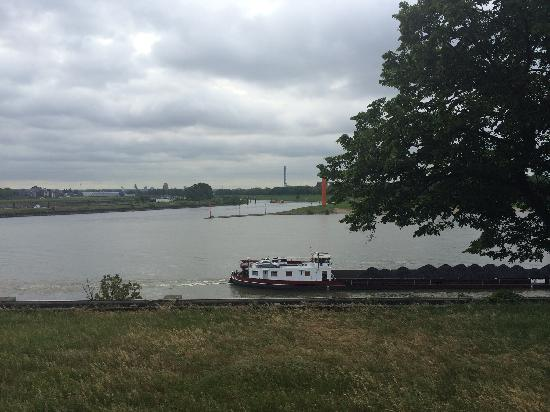 Hotel Rheingarten: 从房间看到的清晨的了莱茵河,有忙碌的货船