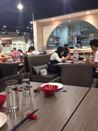 Crystal Jade Jiang Nan: Crystal jade在新加坡分店众多。但翡翠小厨,翡翠拉面小笼包,翡翠江南各有不同。但对我来说,最爱点的永远是口水鸡拉面。超地道好味。面摆上来整整齐齐,吃起来劲道,配上香辣的口水鸡,吃得超