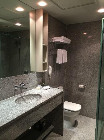 Mantra Tullamarine Hotel : 风格很现代的卫浴间