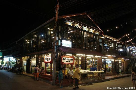 Sukkasem Guesthouse: 酒店外的海鲜一条街