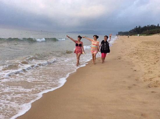 DoubleTree Resort by Hilton Sanya Haitang Bay: 赤脚走在清晨的海边很爽!