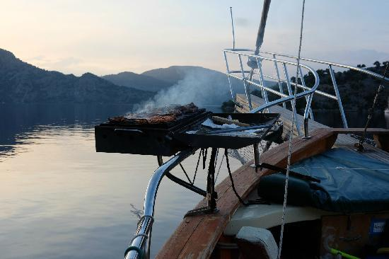Before Lunch Boat Cruises: 船上烧烤 barbecue on boat
