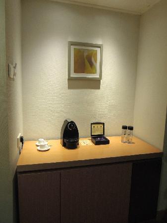 Novotel Century Hong Kong : 迷你吧和胶囊机(世纪香港酒店,湾仔)