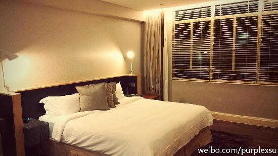 Ascott Raffles Place Singapore : 套房的卧室