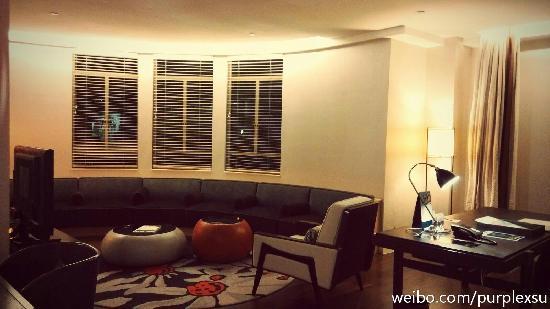 Ascott Raffles Place Singapore : 套房的起居室